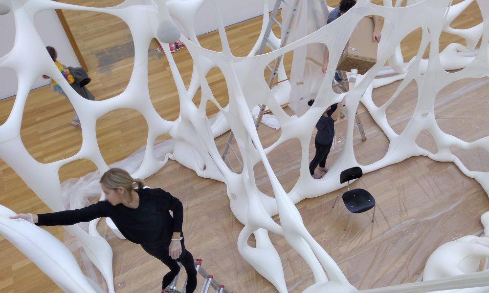 Aufbau biomorpher Plastiken des Künstlers